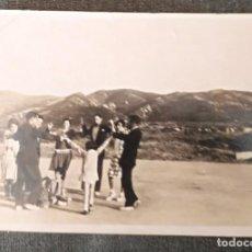 Fotografía antigua: FT 17 ANTIGUA FOTOGRAFÍA BAILANDO LA SARDANA EN LA ERA - PRINCIPIOS AÑOS 50 - 7CM X 10CM. Lote 120565779