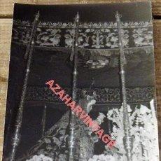 Fotografía antigua: SEMANA SANTA SEVILLA, 1966, VIRGEN DE LA VICTORIA, LAS CIGARRERAS, 90X140MM. Lote 120946663