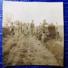 Fotografía antigua: ANTIGUA FOTOGRAFÍA. HOMBRE CON TRACTOR, TRABAJADORES Y NIÑOS.FOTO.. Lote 121183855