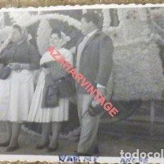 Fotografía antigua: DOS HERMANAS, 1958, ROMERIA DE VALME, 105X75MM. Lote 121335467