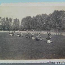 Fotografía antigua: FOTO DEL DEPORTIVO LOGROÑES ENTRENANDOSE. CAMPO DE FUTBOL DE LAS GAUNAS. LOGROÑO, AÑOS 30. Lote 151542429