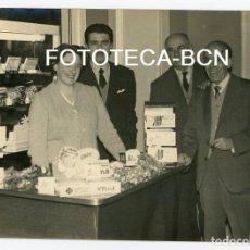 Fotografía antigua: FOTO INAUGURACION BOMBONERIA CINE ALCAZAR BARCELONA RAMBLA CATALUNYA PRODUCTOS NESTLE AÑOS 50. Lote 121718687