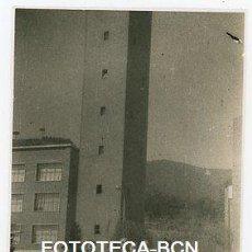 Fotografía antigua: FOTO ORIGINAL BARCELONA LLARS MUNDET COCHE MOTOCARRO AÑOS 50. Lote 121718963
