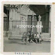 Fotografía antigua: FOTO ORIGINAL TOLEDO MUJERES SENTADAS A LA PUERTA DE LA CATEDRAL AÑO 1951. Lote 121730091