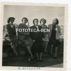 Fotografía antigua: FOTO ORIGINAL TOLEDO MUJERES EN UN MIRADOR LA CIUDAD AL FONDO AÑO 1951. Lote 121730283