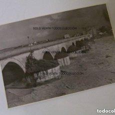 Fotografía antigua: PUENTE SOBRE EL RIO GUADALQUIVIR CÓRDOBA ANDALUCÍA ESPAÑA FOTO ANTIGUA ORIGINAL. Lote 121735079