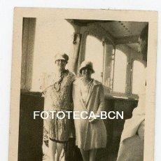 Fotografía antigua: FOTO ORIGINAL DOS SEÑORITAS EN EL INTERIOR DE UN BARCO AÑOS 20/30. Lote 121736995