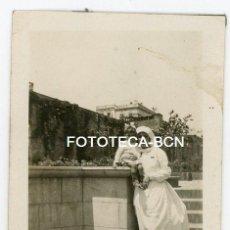 Fotografía antigua: FOTO ORIGINAL ENFERMERA CON UN NIÑO BARCELONA ALREDEDORES HOSPITAL SANT PAU AÑOS 20/30. Lote 121737523