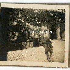 Fotografía antigua: FOTO ORIGINAL MUJER EN EL PARQUE GÜELL BARCELONA AÑOS 20. Lote 121737775