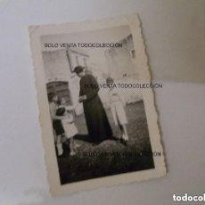 Fotografía antigua: SACERDOTE CURA REPARTIENDO OSTIAS FOTO ANTIGUA ORIGINAL AÑO 1935. Lote 121737827
