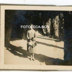 Fotografía antigua: FOTO ORIGINAL MUJER EN EL PARQUE GÜELL BARCELONA AÑOS 20. Lote 121737875