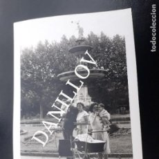 Fotografía antigua: COCHECITO Y GENTE DAMA DEL PARAIGUES PARC CIUTADELLA ZOO BARCELONA FOTO ANTIGUA ORIGINAL. Lote 121738043