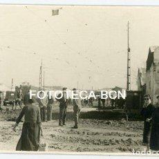Fotografía antigua: FOTO ORIGINAL VALENCIA EFECTOS DE LA RIADA CALLE LLENA DE BARRO AÑO 1957. Lote 121955455