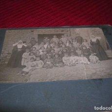 Fotografía antigua: MUY ANTIGUA FOTOGRAFIA DE NIÑOS CON LAS MONJITAS.PARECEN DE UN HOSPICIO.. Lote 122002027