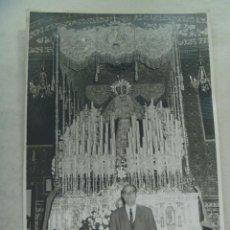 Fotografía antigua: SEMANA SANTA DE SEVILLA : FOTO DE SEÑOR ANTE VIRGEN EN PASO DE PALIO .... 11,5 X 17,5 CM. Lote 122443531