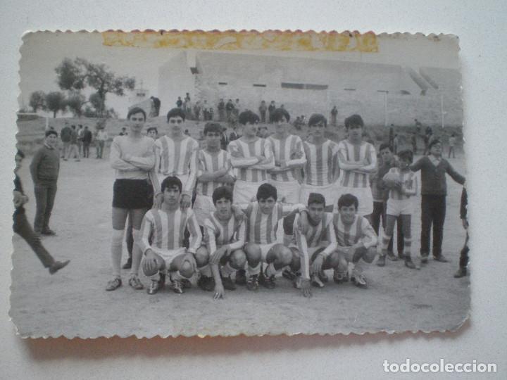 ANTIGUA FOTOGRAFIA CAMPO DE FUTBOL DE BORMUJOS Y EQUIPO ALEVIN INFANTIL 8-2-1970 // BROMUJO SEVILLA (Fotografía Antigua - Fotomecánica)