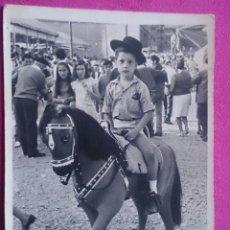 Fotografía antigua: FOTOGRAFÍA AÑOS 70 NIÑO CON CABALLO DE JUGUETE EN FERIA . Lote 122866895