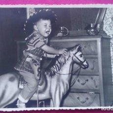 Fotografía antigua: FOTOGRAFÍA NIÑO LLORANDO CON CABALLO DE JUGUETE AÑOS 60. Lote 122867219