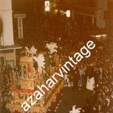 Fotografía antigua: SEMANA SANTA SEVILLA, 1993 , LA SENTENCIA POR LA CALLE FERIA, 100X150MM. Lote 122900967