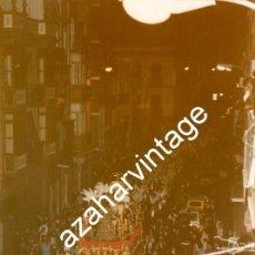 Fotografía antigua: SEMANA SANTA SEVILLA, 1993 , LA SENTENCIA POR LA CALLE FERIA, 100X150MM. Lote 122900999