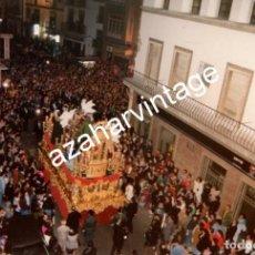Fotografía antigua: SEMANA SANTA SEVILLA, 1993 , LA SENTENCIA POR LA CALLE FERIA, 150X100MM. Lote 122901063