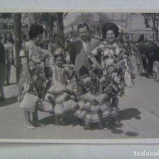 Fotografía antigua: FOTO DE FERIA : FAMILIA CON NIÑAS VESTIDAS DE FLAMENCA. Lote 122916999