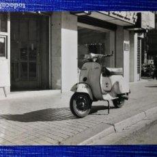 Fotografía antigua: FOTOGRAFÍA. MOTO VESPA. MATRÍCULA DE BARCELONA. FOTO.. Lote 122970595