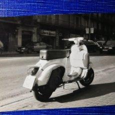 Fotografía antigua: FOTOGRAFÍA. MOTO VESPA. MATRÍCULA DE BARCELONA. FOTO.. Lote 122970675
