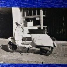 Fotografía antigua: FOTOGRAFÍA. MOTO VESPA. MATRÍCULA DE BARCELONA. FOTO.. Lote 122970711