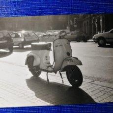 Fotografía antigua: FOTOGRAFÍA. MOTO VESPA. MATRÍCULA DE BARCELONA. FOTO.. Lote 122970863