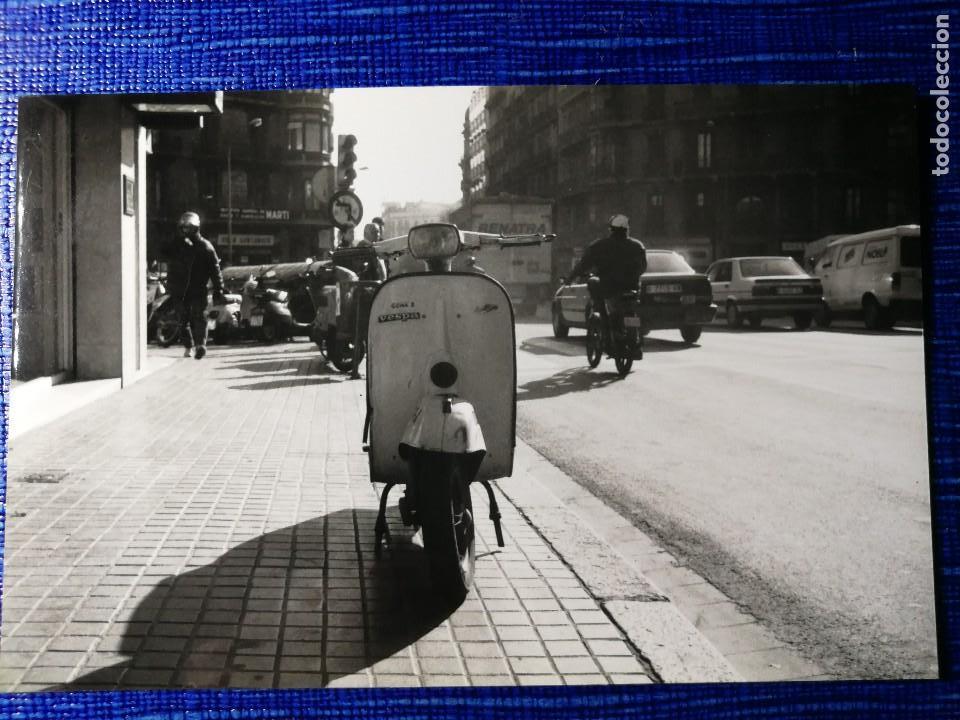 FOTOGRAFÍA. MOTO VESPA. MATRÍCULA DE BARCELONA. FOTO. (Fotografía Antigua - Fotomecánica)