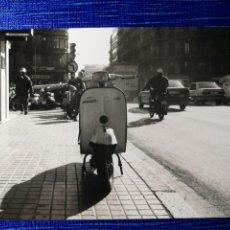 Fotografía antigua: FOTOGRAFÍA. MOTO VESPA. MATRÍCULA DE BARCELONA. FOTO.. Lote 122970955