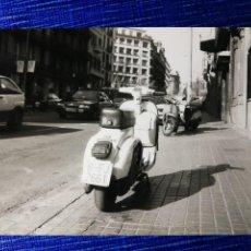 Fotografía antigua: FOTOGRAFÍA. MOTO VESPA. MATRÍCULA DE BARCELONA. FOTO.. Lote 122971047