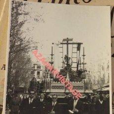 Fotografía antigua: SEMANA SANTA SEVILLA, 1968, SANTO ENTIERRO, LA CANINA, POLICIA ARMADA, 75X105MM. Lote 124016063