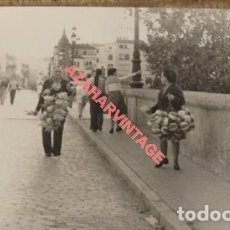 Fotografía antigua: SEVILLA, AÑOS 70, VENDEDORES DE GLOBOS EN EL PUENTE DE TRIANA, 140X90MM. Lote 124117179