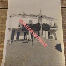 Fotografía antigua: CABEZA LA VACA, BADAJOZ, ANTIGUA FOGRAFIA PLAZA DE ESPAÑA, RARA, ,125X180MM. Lote 124189183