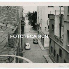 Fotografía antigua - FOTO ORIGINAL POSIBLEMENTE BADALONA CALLE DE LA LOCALIDAD COCHE SEAT RENAULT AÑOS 60 - 124493923