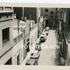 Fotografía antigua - FOTO ORIGINAL POSIBLEMENTE BADALONA CALLE DE LA LOCALIDAD COCHE SEAT AÑOS 60 - 124494487