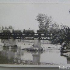 Fotografía antigua: FOTO DE UN PUENTE Y TREN CIRCULANDO, PUENTE FERROVIARIO. Lote 124580479