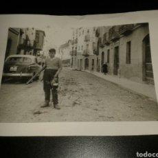 Fotografía antigua: FOTOGRAFÍA ANTIGUA NIÑO POSANDO CON CAZA Y SEAT 1400 B. Lote 124661904