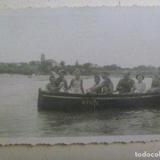 Fotografía antigua: FOTO DE FAMILIA CRUZANDO EL GUADALQUIVIR EN UNA BARCA MATRICULA DE SEVILLA. Lote 124833031