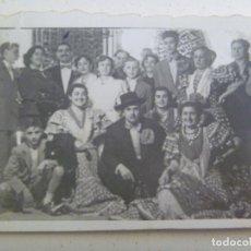 Fotografía antigua: MINUTERO DE FOTOGRAFO DE FERIA : AMIGOS CON SEÑORITAS VESTIDAS DE FLAMENCA. 1952. Lote 125007715