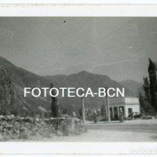 Fotografía antigua: FOTO ORIGINAL GASOLINERA PUBLICIDAD CALTEX COCHE AUTOMOVIL VOLKSWAGEN AÑOS 50. Lote 125132563