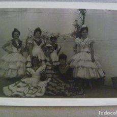 Fotografía antigua: FOTO DE LA FERIA DE SEVILLA : SEÑORITAS VESTIDAS DE FLAMENCA . Lote 125234915