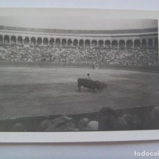 Fotografía antigua: FOTO DE CORRIDA DE TOROS : TORERO EN PLENA FAENA. Lote 126129875