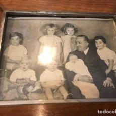Fotografía antigua: FOTO DEL REY ALFONSO XIII CON SUS NIETOS, ENMARCADA. Lote 126300611