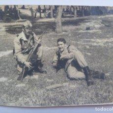Fotografía antigua: FOTO DE LA MILI : SOLDADOS CON ROPA DE CAMPAÑA Y CETME . DE FOTO AGUSTIN, MELILLA. Lote 126689663