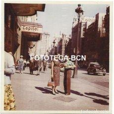 Fotografía antigua: FOTO ORIGINAL MADRID CINE CAPITOL COCHE AUTOMOVIL TAXI AÑOS 50. Lote 126884111