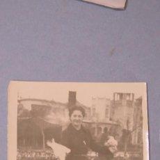Fotografía antigua: FOTOGRAFIA DANDO DE COMER. PARQUE MARIA LUISA. SEVILLA. 1939. Lote 127047479