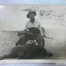 Fotografia antiga: ANTIGUA FOTO DE CAZA, CAZADOR MONTRANDO TROFEO - ZONA SIERRA MORENA - AÑOS 20-30, E. MOLLEJA CORDOBA. Lote 127202507